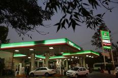 Vehículos en una gasolinera Pemex, en Ciudad de México, 13 de enero de 2015. México compró opciones put en el mercado de derivados internacionales para asegurar un precio de ejercicio promedio de 49 dólares por barril (dpb) para el 2016, dijo el miércoles la Secretaría de Hacienda.  REUTERS/Edgard Garrido