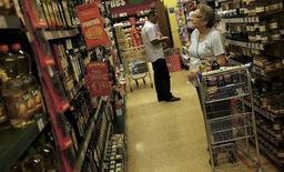 Una clienta mira los precios en un supermercado en Sao Paulo, 10 de enero de 2014. La tasa de la inflación mensual de Brasil se desaceleró en el mes a mediados de agosto ya que la economía avanzó más hacia la que se espera sea la peor recesión del país en 25 años. REUTERS/Nacho Doce