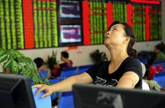 Una inversora observa un panel con información bursátil en una correduría en Fuyang, China, ago 21 2015. El costo de asegurar la deuda gubernamental de varios países de economías emergentes ante un incumplimiento de pago se acercaba el viernes a máximos de varios años, porque una corriente vendedora de activos de mayor riesgo seguía cobrando fuerza. REUTERS/China Daily IMAGEN CON RESTRICCIÓN DE USO EN CHINA