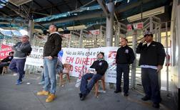 Funcionários bloqueiam a entrada de uma fábrica da General Motors durante protesto contra cortes de empregos, em São José dos Campos, no interior de São Paulo. 14/08/2015 REUTERS/Paulo Whitaker