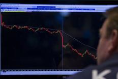 Un operador trabajando en la Bolsa de Nueva York, 21 de agosto de 2015. Las acciones en la bolsa de Nueva York caían con fuerza el lunes en la apertura de negocios y el índice Dow Jones bajaba a menos de 16.000 puntos por primera vez desde febrero de 2014, tras el desplome de más de 8 por ciento de los papeles en China y una ola liquidadora en los mercados de petróleo y otras materias primas. REUTERS/Brendan McDermid
