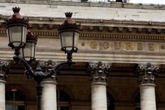 Les Bourses européennes ont dévissé à l'ouverture de Wall Street lundi après-midi, tandis que le CAC 40 a effacé les gains cumulés depuis le début de l'année, plombé par les craintes persistantes entourant l'économie chinoise et les perspectives économiques mondiales. A 15h37, l'indice CAC 40 chute de 7,84% à 4.267,94 points. /Photo d'archives/REUTERS/Charles Platiau