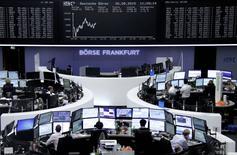 Les Bourses européennes restent orientées à la baisse à mi-séance mercredi mais en réduisant leurs pertes. A Paris, le CAC 40 perd 1,30% vers 12h30 et, à Francfort, le DAX allemand lâche 0,96%. /Photo prise le 26 août 2015/REUTERS/Staff/remote