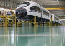 Un empleado trabaja en la línea de ensamblaje final de un tren de alta velocidad modelo CRH380B, en la fábrica de Tangshan Railway Vehicles, en Tangshan, 11 de febrero de 2015. La actividad del sector manufacturero de China probablemente sufrió la mayor contracción en tres años durante agosto, sugirió un sondeo de Reuters, lo que aumentaría las señales de una debilidad económica que está sacudiendo a los mercados financieros globales. REUTERS/Kim Kyung-Hoon