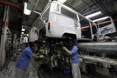 Empleados trabajan en la línea de ensamblaje de Volkswagen, en una planta de la compañía en Sao Bernardo do Campo, 9 de diciembre de 2013.  El índice de confianza de la industria brasileña retrocedió un 1,6 por ciento en agosto frente a julio y renovó una mínima histórica tras un respiro el mes pasado, dijo el miércoles la privada Fundación Getúlio Vargas (FGV). REUTERS/Paulo Whitaker