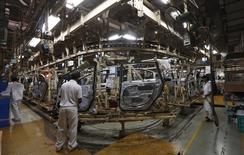 Les grands constructeurs automobiles mondiaux revoient leur stratégie en Inde pour y accroître leurs ventes alors que la croissance retrouvée du marché (+5% sur les 12 mois à fin mars) profite surtout aux acteurs locaux. /Photo d'archives/REUTERS/Adnan Abidi