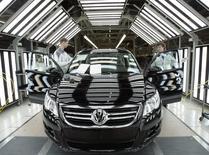 Рабочие на заводе Volkswagen в Калуге 20 октября 2009 года. Volkswagen рассматривает вероятность экспорта собранных в России автомобилей в другие страны в силу резкого падения спроса на местном рынке, сообщил немецкий концерн. REUTERS/Alexander Natruskin