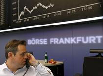 Трейдер на торгах фондовой биржи во Франкфурте-на-Майне 24 августа 2015 года. Европейские фондовые рынки растут вслед за США и Азией после того, как чиновник ФРС усомнился в целесообразности повышения процентных ставок в сентябре. REUTERS/Ralph Orlowski