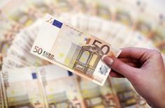 Un empleado muestra billetes de 50 euros en un banco en Sarajevo, Bosnia Herzegovina. Los préstamos a los hogares y empresas de la zona euro se aceleraron ligeramente en julio, según datos del Banco Central Europeo (BCE) divulgados el jueves, en una señal de que el agresivo programa de compra de activos del banco está trayendo algunos resultados. REUTERS/Dado Ruvic