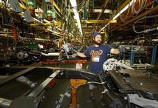 La croissance de l'économie américaine au deuxième trimestre a été revue à la hausse, à 3,7%, en raison d'une reprise des dépenses de consommation reflétant une dynamique qui pourrait inciter la Réserve fédérale américaine à relever ses taux cette année. /Photo d'archives/REUTERS/Mike Stone