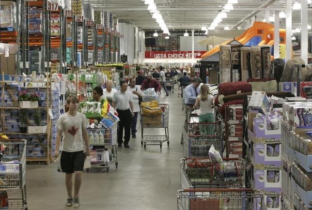 8月27日、第2・四半期の米GDP改定値は3.7%増と、大幅に上方修正された。写真はバージニア州の小売店で2008年5月撮影(2015年 ロイター/Molly Riley)