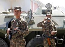 """Узбекские солдаты патрулируют улицу возле тюрьмы в Андижане. 18 мая 2005 года. Америка призвала Узбекистан присоединиться к возглавляемой ею многонациональной коалиции против боевиков """"Исламского государства"""", сообщив, что наиболее густонаселенная страна Центральной Азии вольна выбирать формат такого участия. REUTERS/Shamil Zhumatov"""
