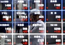 Электронное табло брокерской конторы в Токио. 27 августа 2015 года. Фондовые рынки Китая выросли в пятницу за счет новых государственных мер поддержки и повышения котировок в США. REUTERS/Yuya Shino