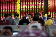Investidores olhando monitores com cotações da bolsa de valores, em Xangai.  26/08/2015   REUTERS/Aly Song
