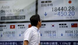 Las bolsas de Asia ampliaban sus pérdidas el martes después de que encuestas separadas revelaron un debilitamiento del sector manufacturero chino, aumentando los temores sobre la salud de su economía. En la imagen, un hombre mira varias pantallas que muestran los índices de los mercados asiáticos en una agencia de bolsa en Tokio, el 1 de septiembre de 2015. REUTERS/Toru Hanai