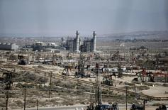 Станки-качалки на нефтяном месторождении в Калифорнии. 29 апреля 2013 года. Цены на нефть будут постепенно расти в будущем году за счет более медленного увеличения предложения и восстановления спроса, предполагают опрошенные Рейтер аналитики. REUTERS/Lucy Nicholson