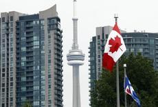 Dans les rues de Toronto, en Ontario. Le Canada est officiellement entré en récession au deuxième trimestre, pour la première fois depuis 2008-2009, juste après la crise financière internationale. Son produit intérieur brut (PIB) s'est contracté pour le deuxième trimestre consécutif sous l'effet de la chute des cours du pétrole et du ralentissement des investissements comme de l'accumulation des stocks, montrent les statistiques officielles. /Photo d'archives/REUTERS/Rob Shumacher