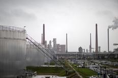 НПЗ Petrolchemie und Kraftstoffe в Шведте (Одере). 20 октября 2014 года. Цены на нефть снижаются за счет роста запасов нефти и слабой производственной активности в США. REUTERS/Axel Schmidt