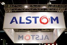 Alors que le CAC 40 rebondissait modestement de 0,38% vers 13h40, Alstom signait la plus forte hausse (+2,8%) du CAC 40, dans la perspective d'un prochain feu vert de Bruxelles au rachat par General Electric de la branche énergie d'Alstom. Selon le Financial Times, GE a proposé à l'UE des remèdes significatifs pour éviter de se voir infliger un veto. /Photo d'archives/REUTERS/Benoît Tessier