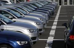 Les ventes de voitures neuves ont augmenté de 6% en août en Allemagne, à 226.300 véhicules, annonce mercredi la fédération des constructeurs automobiles allemands VDA, confirmant une information publiée par Reuters plus tôt dans la journée. /Photo prise le 9 mars 2015/REUTERS/Michael Dalder