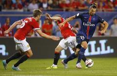 Ibrahimovic (camisa azul) durante partida do Paris Saint-Germain contra o Manchester United, em amistoso pré-temporada nos Estados Unidos.  03/08/2015  Action Images via Reuters / Jeff Haynes