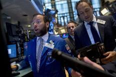 Operadores trabajando en la bolsa de Wall Street en Nueva York, sep 2 2015. Las acciones en Estados Unidos repuntaban el miércoles desde las fuertes pérdidas del día anterior, luego de que nuevas medidas de China para apoyar a sus mercados ayudaron a aliviar una liquidación global en las acciones. REUTERS/Brendan McDermid