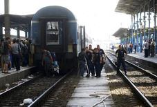 """Венгерская полиция и мигранты на вокзале """"Келети"""" в Будапеште 3 сентября 2015 года.  Венгерская полиция в четверг разрешила сотням мигрантов заполнить главный вокзал Будапешта, но власти отменили все поезда в Западную Европу, что стало причиной хаоса и неразберихи.  REUTERS/Leonhard Foeger"""