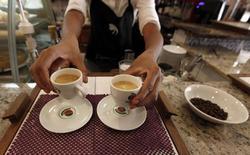 Una mesera sirve café a los clientes en una cafetería en Sao Paulo, 8 de febrero de 2011. La actividad del sector servicios de Brasil disminuyó por sexto mes consecutivo en agosto, ante una reducción de las nóminas y de los nuevos negocios, pero la baja fue menor que en el mes previo, según una encuesta privada divulgada el jueves. REUTERS/Nacho Doce