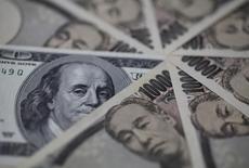 Банкноты иены и доллара. Токио, 28 февраля 2013 года. Курс доллара к иене снижается за счет падения японского фондового рынка до семимесячного минимума и накануне выхода отчета о занятости в США. REUTERS/Shohei Miyano
