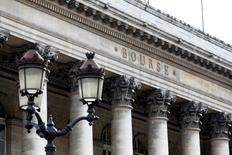 Les Bourses européennes évoluent vendredi nettement dans le rouge à mi-séance après leur forte hausse de la veille, la prudence reprenant le dessus dans l'attente des chiffres de l'emploi aux Etats-Unis. /Photo d'archives/REUTERS/Charles Platiau