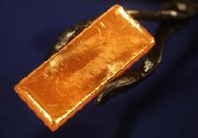 Слиток золота на заводе 'Oegussa' в Вене. 23 октября 2012 года. Цены на золото снижаются накануне публикации отчета о занятости в США, который повлияет на срок повышения процентных ставок ФРС. REUTERS/Heinz-Peter Bader