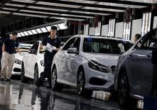 Ligne de montage Mercedes à Pékin. Les marchés financiers ont surréagi aux derniers signes de ralentissement économique en Chine, juge le président du directoire du constructeur automobile allemand Daimler. /Photo prise le 31 août 2015/REUTERS/Kim Kyung-Hoon