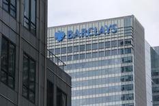 La banque britannique Barclays a vendu un portefeuille de prêts au Royaume-Uni d'une valeur de 1,6 milliard de livres sterling (2,19 milliards d'euros) à un groupe d'investisseurs emmené par l'américain Goldman Sachs. /Photo prise le 15 mai 2015/REUTERS/Suzanne Plunkett