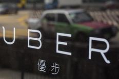 Les services de voiturage, comme la filiale chinoise de l'américain Uber et Didi Kuaidi, société chinoise de voitures de tourisme avec chauffeur (VTC), lèvent des milliards de dollars en Chine, un afflux d'argent qui illustre le fait que les investisseurs ne semblent pas effrayés par le coût élevé d'une stratégie consistant à gagner des parts de marché. /Photo prise le 12 août 2015/REUTERS/Tyrone Siu