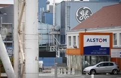 Les autorités américaines de la concurrence ont approuvé mardi sous conditions le rachat par General Electric du pôle énergie d'Alstom pour 12,4 milliards d'euros. Pour pouvoir mener à bien l'opération, le conglomérat américain devra céder une filiale du groupe français chargée de la maintenance basée en Floride. /Photo d'archives/EUTERS/Vincent Kessler
