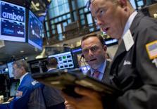 Operadores trabajando en la bolsa de Wall Street en Nueva York, sep 8, 2015. Las acciones subieron más de un 2 por ciento el martes en la bolsa de Nueva York, rebotando tras las duras pérdidas de la semana pasada y acompañando un repunte de los mercados globales alimentado por China.  REUTERS/Brendan McDermid