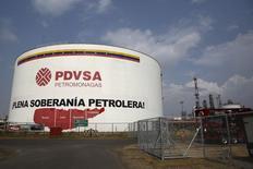 Un tanque de petróleo de la estatal venezolana PDVSA, en el complejo industrial José Antonio Anzoategui, en el estado de Anzoategui, 15 de abril de 2015. Una corte federal en Nueva York ratificó una decisión de otro tribunal que concedió a la petrolera estadounidense ConocoPhillips la propiedad en exclusiva de una unidad de la refinería Sweeny en Texas, poniendo fin a una larga disputa con la petrolera estatal venezolana PDVSA por esos activos. REUTERS/Carlos Garcia Rawlins