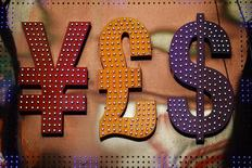 Символы валют иена, фунт стерлингов и доллар США у обменного пункта в Гонконге 30 октября 2014 года. Курс доллара к иене растет на фоне укрепления фондовых рынков и повышения готовности к риску. REUTERS/Damir Sagolj