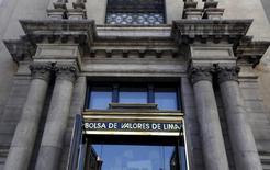 """La Bolsa de Valores peruana, en el centro de Lima, 7 de abril de 2015. Perú tiene una """"buena chance"""" de mantener a su Bolsa de Valores como un mercado emergente, dijo el martes el gerente general de la plaza bursátil de Lima, luego de realizar conversaciones preliminares con representantes del proveedor de índices MSCI. REUTERS/Mariana Bazo"""