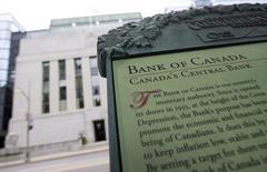 Информационный стенд у здания Банка Канады в Оттаве. 7 сентября 2011 года. Банк Канады в среду оставил ключевую ставку на отметке 0,5 процента годовых, как и ожидалось, объявив, что два ее предыдущих сокращения все еще стимулируют экономику, которая выигрывает благодаря стабильным расходам домохозяйств и восстановлению в США. REUTERS/Chris Wattie