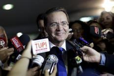 Presidente do Senado, Renan Calheiros, fala a jornalistas ao chegar ao Senado, em Brasília. 27/08/2015 REUTERS/Ueslei Marcelino