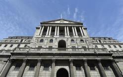 Вид на здание Банка Англии в Лондоне 7 августа 2013 года. Восемь из девяти регуляторов Банка Англии проголосовали за то, чтобы оставить ключевую ставку на рекордном минимуме 0,5 процента годовых. REUTERS/Toby Melville