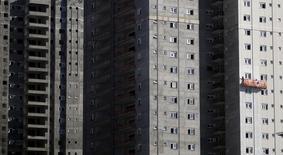 Funcionários em construção de prédio residencial em São Paulo.   10/08/2015   REUTERS/Nacho Doce