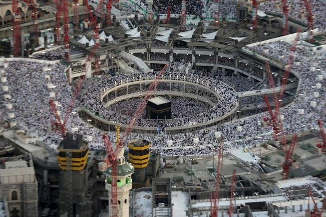 9月11日、イスラム教の聖地カーバ神殿がある聖モスクに向かってクレーンが倒れる事故が発生し、少なくとも107人が死亡した。写真は同所に集まる信者ら。7月撮影(2015年 ロイター/Ali Al Qarni)
