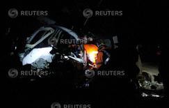 Trabajadores de rescate buscan víctimas entre los restos de una avioneta que se estrelló en San Pedro de Los Milagros, cerca de Medellín, el 11 de septiembre de 2015. Dos personas murieron el viernes cuando un pequeño avión utilizado en el rodaje de la última película de Tom Cruise se estrelló en Colombia, dijo la Autoridad de Aviación Civil. REUTERS/Fredy Builes