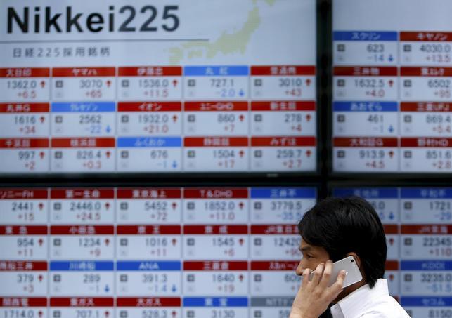 9月14日、東京市場で、国内携帯電話大手3社の株価が大幅安となった。都内の証券会社の株価ボード。8月撮影(2015年 ロイター/Yuya Shino)