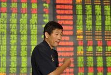 Un inversor habla frente a un tablero electrónico que muestra la información de las acciones, en una correduría en Fuyang, China, 14 de septiembre de 2015. Las acciones de China cayeron el lunes luego de que las preocupaciones persistentes sobre la economía eclipsaron los anuncios realizados el fin de semana de que Pekín acelerará las reformas de las industrias estatales. REUTERS/Stringer
