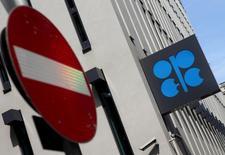 El logo de la Opep fotografiado en su sede en Viena, Austria, 21 de agosto de 2015. La OPEP proyectó el lunes una mayor demanda de su petróleo el próximo año, manteniendo la perspectiva de que su estrategia de dejar que los precios caigan limitará los suministros de Estados Unidos y de otros productores rivales. REUTERS/Heinz-Peter Bader
