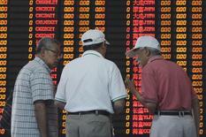 Inversores hablan frente a un tablero electrónico que muestra la información de las acciones, en una correduría en Shanghái, China, 9 de septiembre de 2015. Las acciones chinas extendieron el martes las pérdidas de esta semana a cerca de un 6 por ciento, en medio de la inquietud de los inversores por la desaceleración de la economía. REUTERS/China Daily