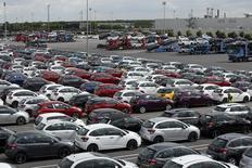 L'automobile (+1,04%) signait la plus forte hausse sectorielle en Europe vers 13h30 alors que se tient le salon de Francfort et que la reprise du marché européen se confirme avec l'annonce d'une hausse de 11,5% sur un an des ventes de voitures neuves en août en Europe. Celles de PSA ont progressé de 9,2% et celles de Renault de 9,8%. A la même heure, l'indice CAC 40 gagnait 0,63%. /Photo prise le 29 avril 2015REUTERS/Benoît Tessier